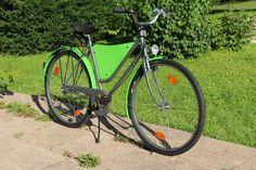 Ich verkaufe nach einem gründlichem Makeover ein altes generalüberholtes 3 Gang Fahrrad aus dem Jahr 1985.Ich habe das Fahrrad in meiner Freizeit in diversen Arbeitsstunden überarbeitet.Der Rahmen wurde Sandgestrahlt und neu lackiert, die vorderen Bremsen durch eine zeitgemäßere Variante ersetzt, das Tretlager erneuert, die Felgen Lackiert, die Reifen erneuert, die Hohlräume versiegelt und die Schaltung komplett gewartet.Die meisten Plastikteile habe ich durch Metallteile ersetzt (z.B…