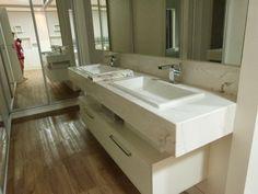 Banheiro com piso vinílico integrado ao quarto casal