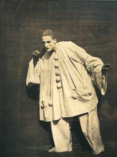 Nadar (Gaspard Félix Tournachon) and Adrien Tournachon, Pierrot Listening, Cirque Vintage, Vintage Clown, Vintage Photographs, Vintage Photos, Art Du Cirque, Pierrot Clown, Es Der Clown, Dark Circus, Creepy Clown