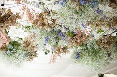 Decoración floral en techos, un toque diferente para la ambientación de tu boda.  #floral #flores #decoración #boho #nude
