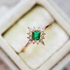 Emerald Ring Design, Emerald Ring Vintage, Green Emerald Ring, Emerald Jewelry, Big Wedding Rings, Emerald Wedding Rings, Wedding Rings Vintage, Dream Wedding, Perfect Wedding