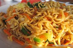 Wonderful chow mein noodles from Chinese cuisine which is well-known all around the world. Chinese Chicken Chow Mein is easy to cook at home Fried Rice Noodles, Crispy Noodles, Korean Dishes, Thai Dishes, Mie Goreng, Chicken Chow Mein, Rice Vermicelli, Fried Beef, Asian Recipes