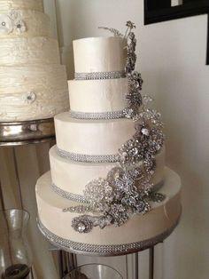 Un pastel con broches de perlas