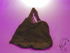"""Poke ist der englische Begriff für Beutel oder Tüte und genau das ist diese Tasche: Ein """"Beuteltier"""", wie ich es gerne nenne. Total praktisch, unverwüstlich und trotzdem elegant.   Eine Kombination aus einem dünnen, weichen Tüll-Hemdchen und einem mit Perlen besetzten und bestickten Strick-Minikleid."""