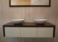 Badkamermeubel '8W' uit onze serie van Lavello, springt uit de toon door een nieuw strak ontwerp. Uniek is dat zowel de zijkanten als het blad van het zelfde hout zijn gemaakt en in verstek doorlopen. De lades zijn greeploos en uiteraard uitgevoerd met softclose. De top kunnen wij leveren in diverse hout varianten. Wat dacht je van bijvoorbeeld mooi blank eikenhout...? Zo is dit meubel helemaal naar jou eigen smaak te selecteren met mooie waskommen.  Badkamer en badkamermeubel