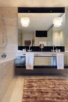 Luxe et élégance caractérisent cette salle de bains habillée de marbre. Plus de photos sur Côté Maison http://petitlien.fr/7skc