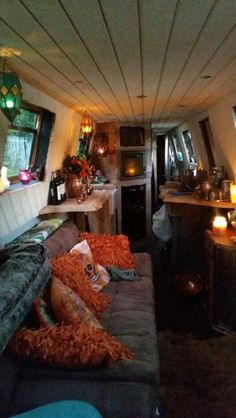Anzi's Whimsical World- Narrowboat travels, crochet and a little bit of magic Welcome! Barge Interior, Best Interior, Houseboat Living, Houseboat Ideas, Canal Boat Interior, Canal Barge, Narrowboat Interiors, Boat Projects, Floating House