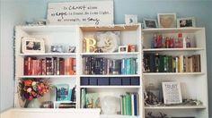 Elige un color que te guste para dar uniformidad a tus estanterías. | 11 formas bonitas y superfáciles para hacer que tus libros luzcan en casa