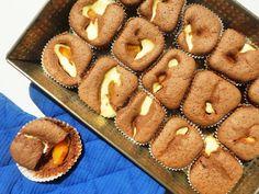 Cocoa-cheescake muffins with peach.