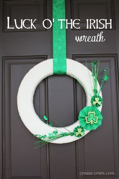 Get your home holiday ready with this St. Patrick's Day wreath tutorial! #StPatricksDay #Decor #DIY