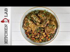 Χοιρινές μπριζόλες κρασάτες από τον Άκη Πετρετζίκη. Φτιάξτε τις πιο ζουμερές και νόστιμες μπριζόλες με λεμόνι, ρίγανη και κρασί στην κατσαρόλα! Τέλειο γεύμα! Pork Dishes, Side Dishes, Creamy White Wine Sauce, Juicy Pork Chops, Man Food, Yams, Sausage, Bacon, Food And Drink