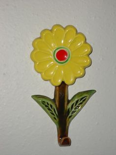 Vintage Ceramic Daisy Wall Hanging for Towels Pot by momspopshoppe
