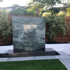 Backyard Landscaping Discover Modern Water Feature With LED Lights Letterbox waterfall 2 m high and 2 m wide with remote controlled LED lights Modern Water Feature, Diy Water Feature, Backyard Water Feature, Indoor Water Features, Small Water Features, Water Features In The Garden, Garden Features, Water Wall Fountain, Fountain Garden