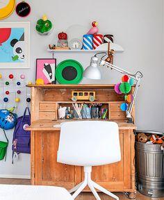 Lastenhuoneen freesaus syntyy värejä terästämällä. Askartelu- ja leikkinurkkaus saa energiaa punaisesta ja keltaisesta, makuusoppi sinisestä.Kivasti järjestyksessäVanha lipasto kätkee sisäänsä lapsen ...