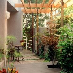 SIMPLE TRELLIS - OPTIONAL SIDING/COVERING? urban patio