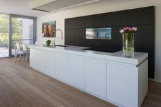 Architectenburo Anja Vissers - Villa Zoersel Kitchen Island With Sink, Kitchen And Bath, Kitchen Decor, Timber Kitchen, Kitchen Flooring, Modern Kitchen Design, Interior Design Kitchen, Cuisines Design, Cool House Designs
