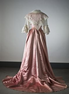 24-10-11  Dress, late 18th century    From the Nordiska Museet