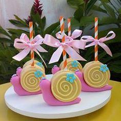 Nenhuma descrição de foto disponível. Easter Cookies, Picnic, Alice, Birthday Parties, Cupcakes, Oreos, Cakepops, Party, Desserts