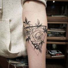 Tattoo designs for women small wrist – Viral Mini Tattoos, Dreieckiges Tattoos, Rose Tattoos, Flower Tattoos, Body Art Tattoos, Small Tattoos, Tatoos, Henne Tattoo, Sternum Tattoo