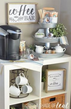 Set up a three-tier coffee bar and free prints! - Küche - Home Sweet Home Coffee Nook, Coffee Bar Home, Big Coffee, Coffee Maker, Coffee Bar Ideas, Coffee Corner Kitchen, Coffee Bar Design, Coffee Tables, Coffee Tray