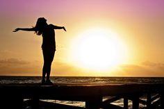 COMO SER FELIZ SIN AMOR: El amor no es la felicidad amor y felicidad son dos cosas distintas que aprenden a llevarse una de la mano de la otra Y...