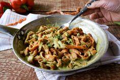 FUSILLI DI PEPERONE con crema di fave e pancetta RICETTA ↓↓↓  http://blog.giallozafferano.it/lapasticceramatta/fusilli-peperoni-crema-fave-pancetta/