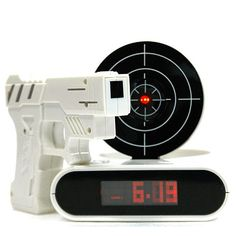 Reveil avec pistolet laser pour eteindre l'alarme idee cadeau insolite par UnCadeauUnSourire.com