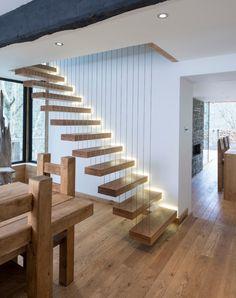 schwebende Treppenstufen aus Holz indirekt beleuchtet