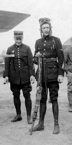 Another photo of Georges Guynemer holding a MG08 from a German Aircraft sometime in 1917.