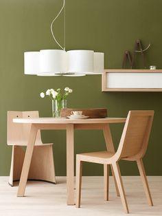 Blank hout met neutrale meubels voor een rustige aanblik