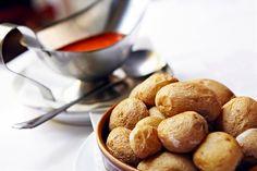 Kanariansaaret: Maista Kanarian lomalla maankuuluja ryppyperunoita. Kuorineen nautittava suolaperuna voidellaan mojo-kastikkeella, jossa on mm. valkosipulia ja  paprikaa tai korianteria.  Lähde herkuttelumatkalle: http://www.finnmatkat.fi/lomakohde/espanja/gran-canaria/?season=talvi-13-14    #Finnmatkat