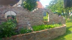 Privacy screen with raised bed of old bricks Construction manual for . Brick Construction, Hydrangea Care, Privacy Fences, Old Bricks, How To Make Bed, Flower Beds, Garden Projects, Interior And Exterior, Outdoor Structures