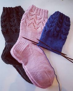 Helppo pitsisukka vol II Knitting Videos, Knitting Charts, Knitting Socks, Hand Knitting, Knitting Patterns, Diy Crochet, Crochet Baby, Crochet Bikini, Wool Socks
