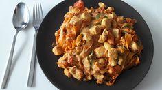 Zutaten    500 g Hähnchenbrustfilet(s)  2 Karotte(n)  3 Zucchini  4 Tomate(n)  2 EL Olivenöl  1 TL Currypaste, rot  1 TL Brühe, g...