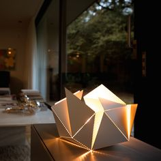 Folding Lamp by Thomas Hick. The origami lamp that you can fold yourself! Get a look on https://www.kickstarter.com/projects/1303267585/folding-lamp // #foldinglamp #ThomasHick