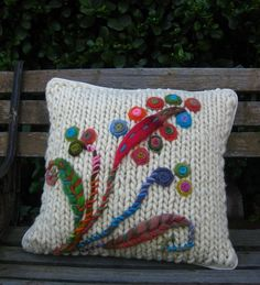 cojines tejidos Shabby Chic Embroidery, Crewel Embroidery, Hand Embroidery Patterns, Felt Cushion, Felt Pillow, Crochet Home, Cute Crochet, Knitted Cushions, Yarn Crafts