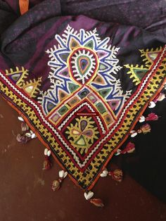 Kutch Work Saree, Embroidery Stitches, Hand Embroidery, Textiles, Embroidered Blouse, Food Packaging, Tie Dyed, Indian Designer Wear, Decoration