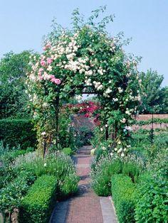 Pérgolas y arcos en el jardín.