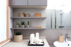 Per questo bagno moderno mobili su misura eseguiti da #Semprelegno utilizzando un materiale altamente resistente all'umidità in versione opaca colorazione grigio perla. #falegnameria #arredosumisura #custom #interiordesign #madeinitaly #bathroomfurniture #design #furniture