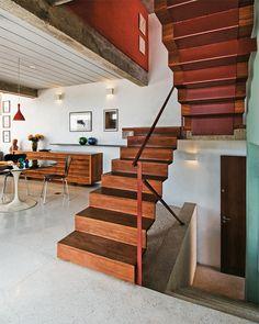 Uma chapa metlica dobrada, de 8 mm de espessura, desenha os quatro lances da escada que integra sala, cozinha, sala de TV e escritrio, no ltimo piso.