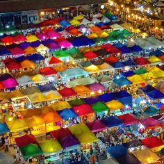 カラフルな屋台が密集するラチャダーの鉄道市場(バンコク) colorful stalls are crowded at Train Night Market Ratchada.(Bangkok) 詩歩/ShihoOct 2015 by shih0107