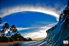 Kopfüber taucht dieser mutige Mann in die weltgrößten Wellen. Was er dort fotografiert, ist unfassbar.