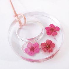 Pendentif Livia anneau créole en résine fleurie