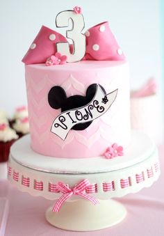Vintage Minnie Mouse Cake - by Make Fabulous Cakes Bolo Da Minnie Mouse, Minnie Mouse Birthday Cakes, Minnie Mouse Party, Baby Cakes, Cupcake Cakes, Disney Themed Cakes, Disney Cakes, Beautiful Cakes, Amazing Cakes
