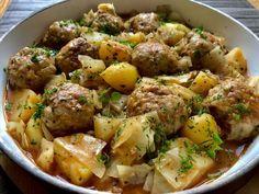 Gołąbkowa patelnia Prosty i pyszny obiad jednogarnkowy, który szczególnie przypadnie do gustu miłośnikom gołąbków. Mięsno-ryżowe klopsiki w sosie pomidorowym z kapustą oraz ziemniaczkami to wyśmienite i szybkie w przygotowaniu danie, którym spokojnie naje się cała rodzina. Polecam! Składniki: 50 dkg mięsa mielonego wieprzowego 1/2 główki kapusty 150g ugotowanego ryżu 1 jajko 1/2 szklanki … Meat Recipes, Appetizer Recipes, Dinner Recipes, Cooking Recipes, Healthy Recipes, Recipies, Best Cooking Oil, Cabbage Rolls Recipe, Cooking Beets