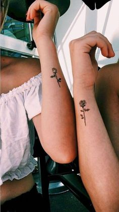 17 tattoo ideas for the United Sisters - Rosen Tattoo Freun .- 17 Tattoo-Ideen für die United Sisters – Rosen Tattoo Freunde Schwestern beste… 17 tattoo ideas for the United Sisters – rose tattoo friends sisters best friend sister tattoo rose tattoo – - Rosa Tattoos, Tiny Rose Tattoos, Tiny Tattoos For Girls, Cute Tiny Tattoos, Tattoos For Daughters, Mini Tattoos, Trendy Tattoos, Butterfly Tattoos, Awesome Tattoos
