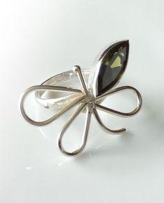 Anillo de Plata 925. Diseño: Mariposa con zirconía verde en forma de semilla. Ajustable.