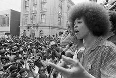 BLACK POWER:  iníciou nos anos 20, quando Marcus Garvey, tido como o precursor do ativismo negro na Jamaica, insistia na necessidade de romper com padrões de beleza eurocêntricos e a partir disso promover o encontro dos negros com suas raízes africanas. Décadas depois, nos Estados Unidos, o afro também começou a ganhar espaço e se tornou um dos protagonistas na luta pelos direitos civis nos anos 60. No entanto, foram as mulheres as grandes protagonistas dessa história.