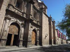 De entre la larga lista de sitios patrimonio reconocidos por la UNESCO con que #México cuenta, destaca #Morelia #Michoacán con sus Colegios, Templos y Casonas que te proponemos para disfrutar paso a paso. ¡Conócela y enamórate! #SéBienvenidoAquí
