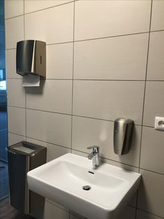 Das inoxDISP™ Edelstahl-Waschraumprogramm von CLEANTEC besticht mit Eleganz und Einfachheit. Sink, Home Decor, Stainless Steel, Simple, Homemade Home Decor, Vessel Sink, Sink Tops, Sinks, Decoration Home